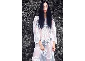 美丽的高加索女性模特肖像深色长发穿着_7250119