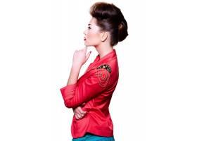 穿着红色夹克的白衣美女摆姿势_6801986