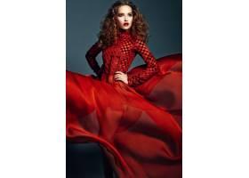 穿着鲜红色连衣裙的美丽优雅的女人_7251675