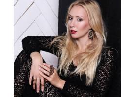 穿着黑色蕾丝连衣裙的金发女子_9108421