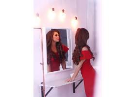 穿红色连衣裙的女人_8990441
