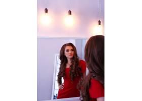 穿红色连衣裙的女人_8990445