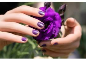 粉色指甲设计粉色指甲的女性手握着真口草_9131750
