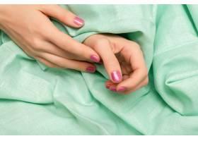 粉色闪光指甲设计的女手_9131017