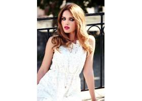 美丽性感的高加索年轻女子模特身着白色夏装_7251742