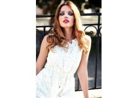 美丽性感的高加索年轻女子模特身着白色夏装_7251744
