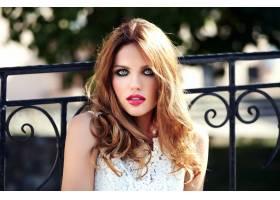 美丽性感的高加索年轻女子模特身着白色夏装_7251747