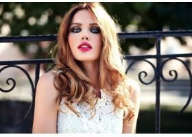 美丽性感的高加索年轻女子模特身着白色夏装_7251751