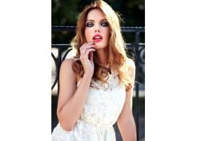 美丽性感的高加索年轻女子模特身着白色夏装_7251768