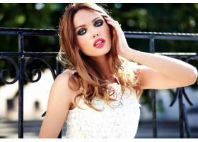 美丽性感的高加索年轻女子模特身着白色夏装_7252231