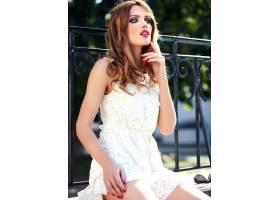 美丽性感的高加索年轻女子模特身着白色夏装_7252241