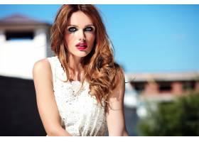 美丽性感的高加索年轻女子模特身着白色夏装_7252280