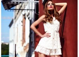 美丽性感的高加索年轻女子模特身着白色夏装_7252803