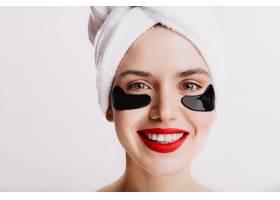 绿眼睛女孩打着保湿贴片的特写镜头红嘴唇_12607818