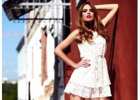 美丽性感的高加索年轻女子模特身着白色夏装_7252805