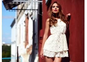 美丽性感的高加索年轻女子模特身着白色夏装_7252813