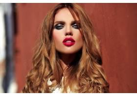 美丽性感的高加索年轻女子模特身着白色夏装_7252827