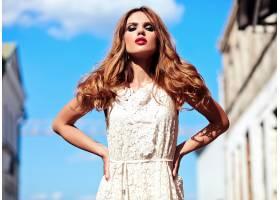 美丽性感的高加索年轻女子模特身着白色夏装_7253306