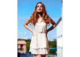美丽性感的高加索年轻女子模特身着白色夏装_7253318