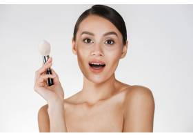美丽的女人皮肤完美手持化妆刷看着相_6514584