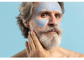 留着胡须戴着口罩的老年男子_9410132