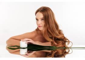 留着长发的姜黄色女子美人肖像坐在镜桌旁_6515110