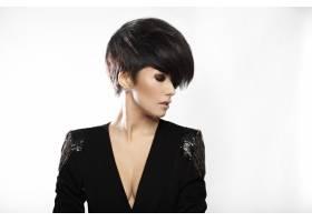 留着黑色短发的年轻漂亮女子的肖像_6801080