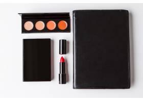 白色背景上的装饰性化妆品和笔记本_8757103