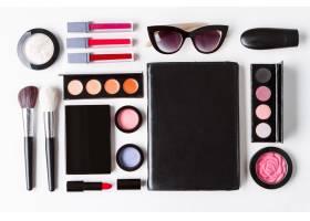 白色背景上的装饰性化妆品太阳镜和笔记本_8757112