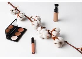 白色表面上的装饰性化妆品_8757044