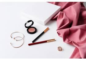 白色表面上的装饰性化妆品和配件_8757087