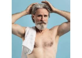 淋浴后带毛巾的老年人前视_9410125