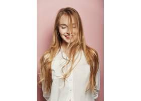 漂亮的年轻女子在粉色背景上摆姿势_6435504