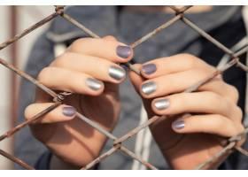 灰色闪光指甲设计的女手_9131182
