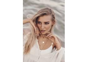 时尚的金发模特在海滩上摆姿势_9275461