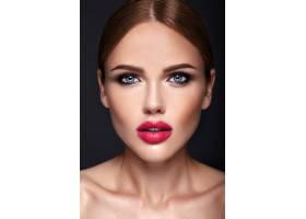晚妆发型浪漫的美女模特肖像_6766403