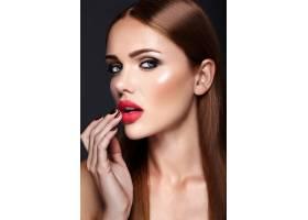 晚妆发型浪漫的美女模特肖像_6766427