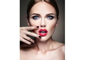 晚妆留着浪漫发型的美女模特肖像抚摸她_6882701