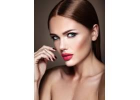 晚妆留着浪漫发型的美女模特肖像红唇_6882648