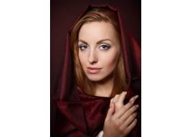晚妆美女写真模特头戴红色纺织品在摄影棚_7250555