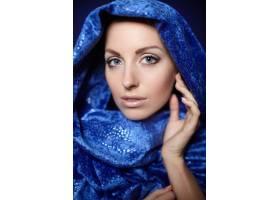 晚妆美女写真模特头戴蓝色纺织品在摄影棚_7250545