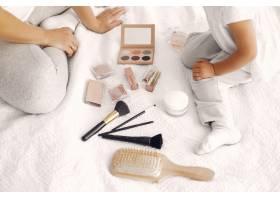 母亲和小女儿在家里玩化妆品_7120753