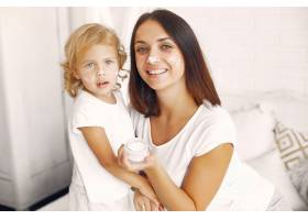 母亲和小女儿在家里玩得很开心_7120774