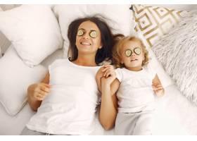 母亲和小女儿在家里玩得很开心_7120775