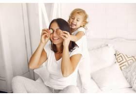 母亲和小女儿在家里玩得很开心_7120776