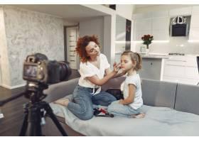 母亲带着女儿拍摄美容博客_9344423