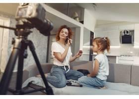 母亲带着女儿拍摄美容博客_9344426