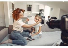母亲带着女儿拍摄美容博客_9344429