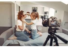 母亲带着女儿拍摄美容博客_9344431