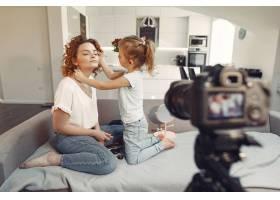 母亲带着女儿拍摄美容博客_9344433
